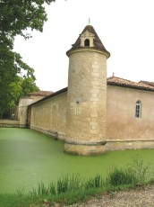 Douves et mur d'enceinte du Château d'Issan