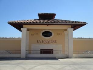 Une partie du bâtiment de chai du Château La Louvière