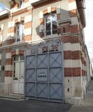 English: Entrance gate to Champagne Krug's facilities in Reims