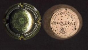 Français: Capsule de bouteille de champagne et son bouchon. Laurent Perrier cuvée Grand siècle. Image saisie au scanner.