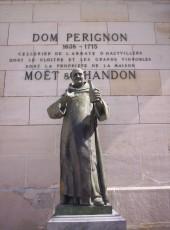 Épernay - Statue de Dom pérignon dans la cour du champagne Moët et Chandon