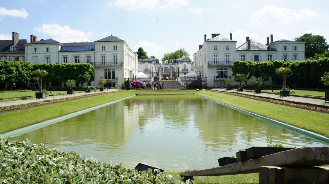 Français: Vue du parc (jardin à la française) et du château Moet & Chandon (château des trois empereurs, ouverture pour la journée des jardins .